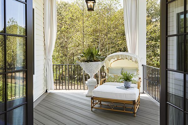 Southern-style porch with TimberTech AZEK Vintage Collection Decking in wide- & narrow-width