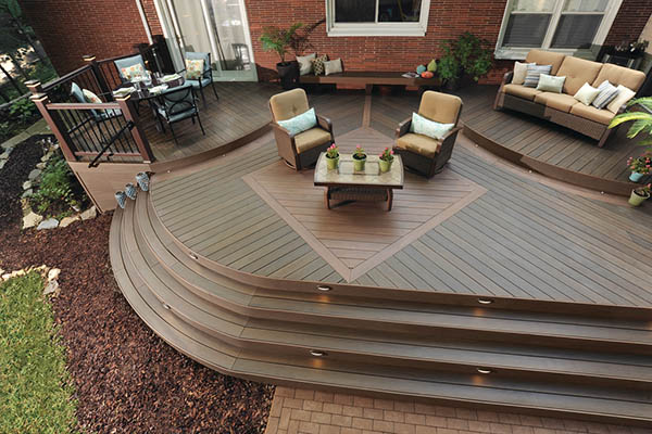 Two-toned deck steps ideas with curved design